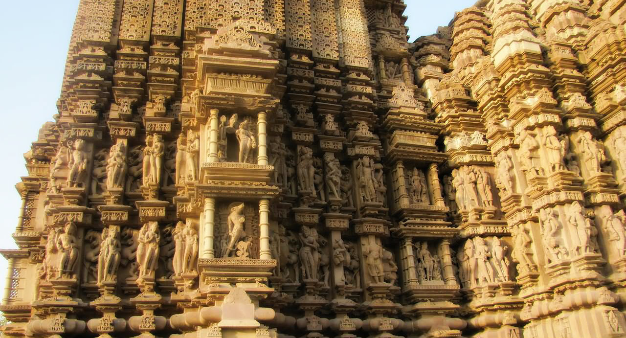 Carving outside the temple of Khajuraho - Madhya Pradesh - The Backpackers Group