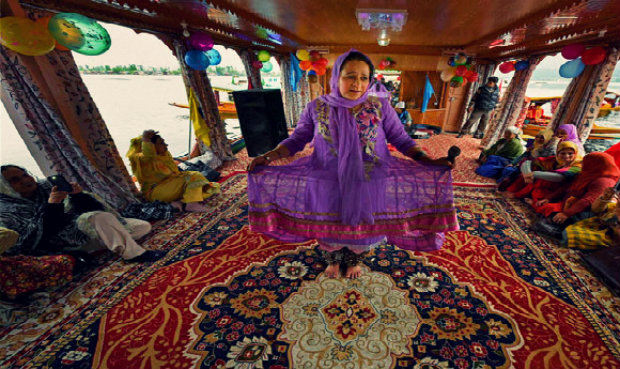 Kashmir Artist Performing On Houseboat - Shikara Festival - Srinagar - The Backpackers Group